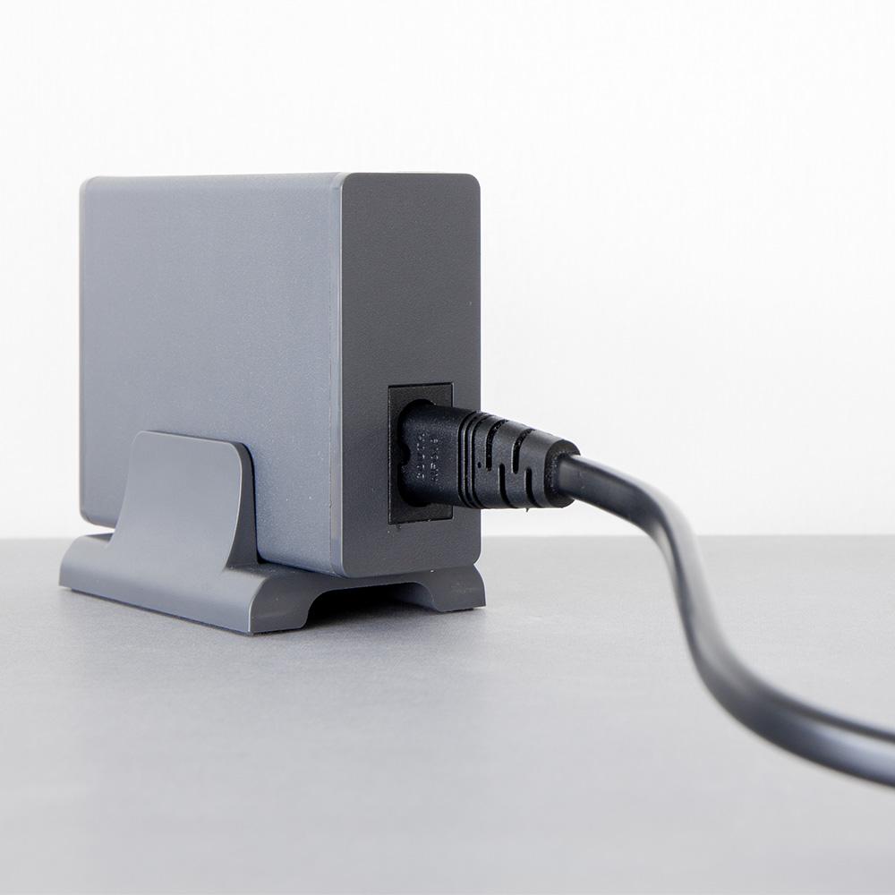 買ったその日にすぐ使える縦置き用スタンド&電源ケーブル付属