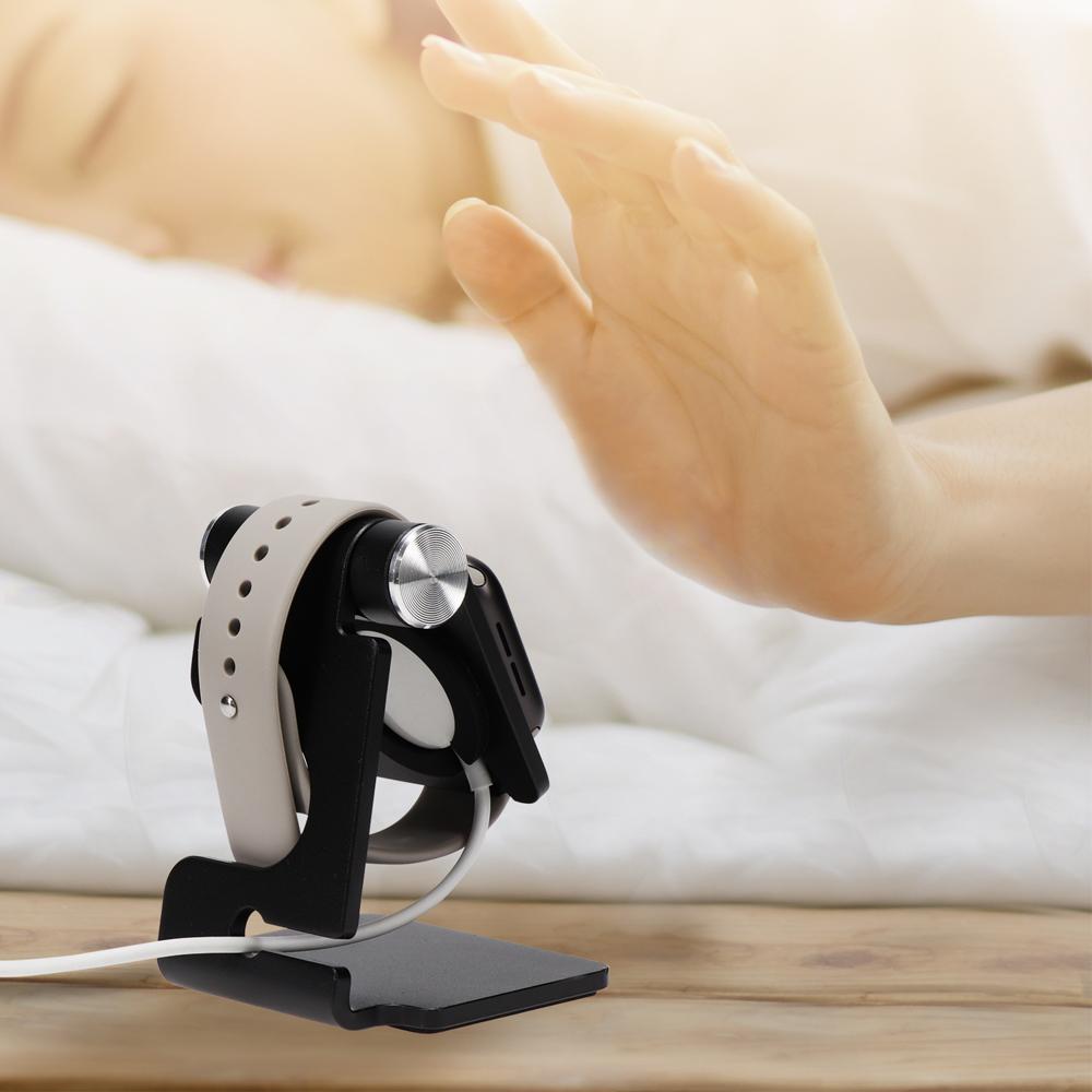 純正の充電ケーブルを設置できるので、ベッドサイドでも目覚まし代わりに使える