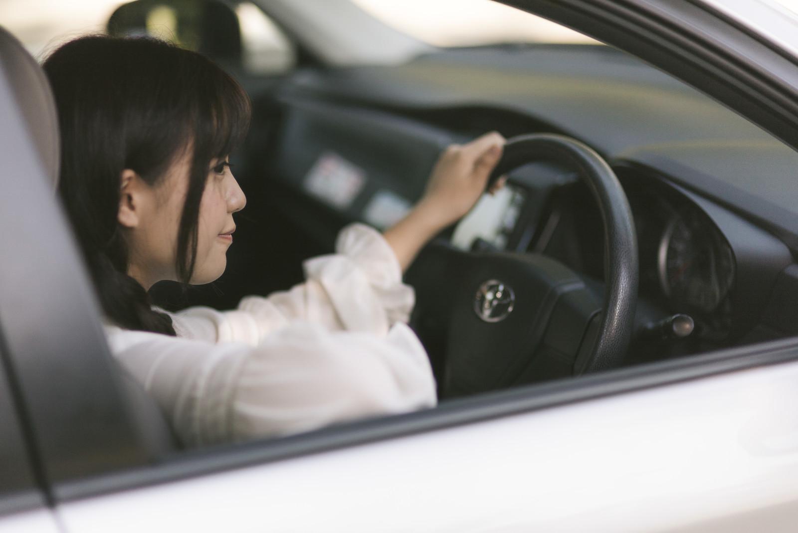 【車の中でフル充電!ここまで便利&快適】カーチャージャーの使い方&おすすめ